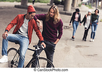 bello, uomini, con, vendemmia, bicicletta