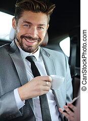 bello, uomo affari, detenere, uno, caffè, in, suo, automobile