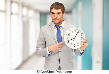 bello, uomo affari, dito appuntito, a, orologio parete