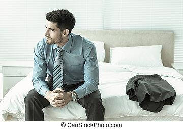 bello, uomo affari, sedendo letto, pensare