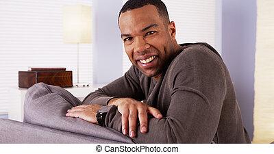 bello, uomo africano, sedendo divano