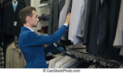 bello, uomo, scegliere, uno, completo, a, deposito vestiti