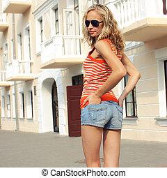 bello, urbano, lifestyle., occhiali da sole, scena, strada, fondo, ritratto, vecchio, biondo, ragazza