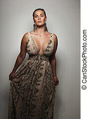 bem-vestido, femininas, modelo, ligado, cinzento, fundo