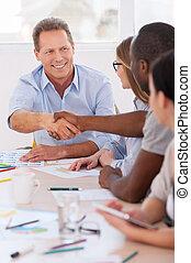 bem-vindo, ligado, board!, grupo pessoas empresariais, sentando, uma fileira, tabela, enquanto, dois homens, handshaking