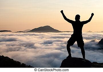 bemanna fotvandra, klättrande, silhuett, in, mountains