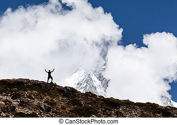 bemanna fotvandra, silhuett, in, mountains