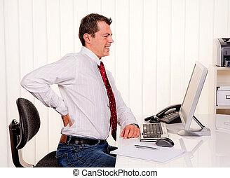 bemanna i ämbete, med, dator, och, smärta tillbaka