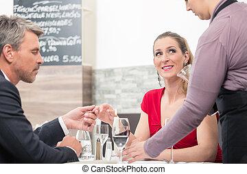 bemanna kvinna, räcka lämna, restaurang