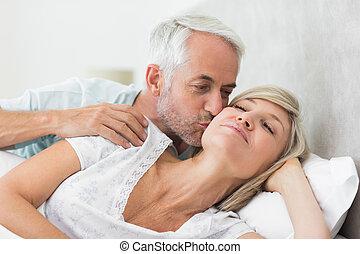 bemanna, moget, kind, womans, kyssande, säng