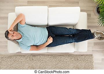 bemanna sova, på, couch, hemma