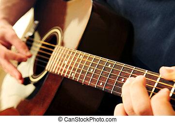 bemannen gespeel een gitaar