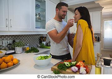 bemannen vrouw, keuken, het voeden