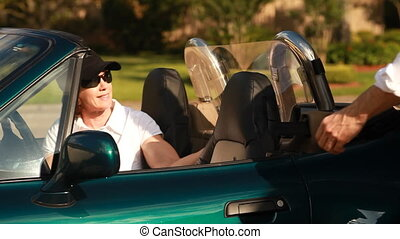 bemannen vrouw, sportautootje, glimlachen