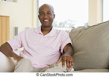 bemannen zitting, in, woonkamer, het glimlachen