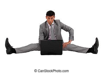 bemannen zitting, op de vloer, met, zijn, draagbare computer