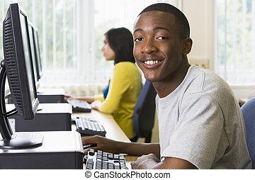 bemannen zitting, op, een, computer terminal, met, vrouw, in, achtergrond, (selective, focus/high, key)