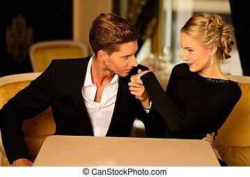 bene-vestito, coppia, in, lusso, interno