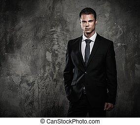 bene-vestito, uomo, in, abito nero, contro, grunge, parete
