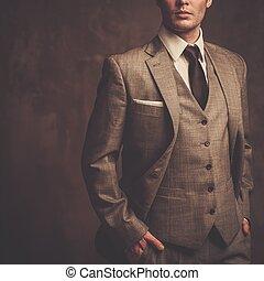 bene-vestito, uomo, in, grigio, completo