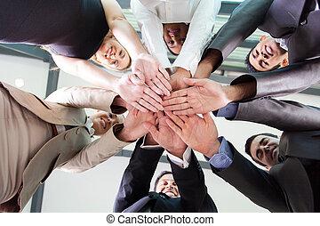 beneden, aanzicht, van, zakenlui, handen samen