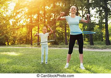 beoefenen, gymnastisch, haar, park, mamma, meisje, hoepels