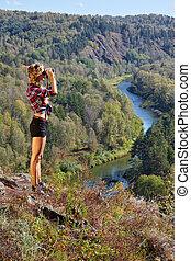 berd, 風景, によって, 崖, 見る, 秋, 女, 川, 双眼鏡, ブロンド, 若い, 観光客