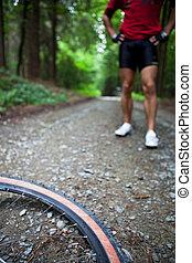 berg biking, in, een, bos, -, fietser, op, een, bos, biking, spoor, (shallow, dof, brandpunt, op, de, fiets, wiel, in, de, foreground)