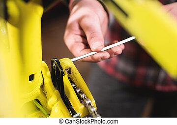 berg, close-up, aanpassen, controle, ketting, technisch, bike., workshop, tension., onderhoud, handen, mannelijke , voorwaarde