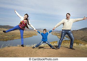 berg, familie, zusammen, halten hände, glücklich