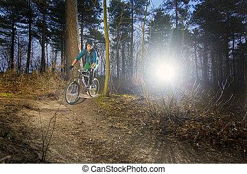 berg fietser, op, een, grint, spoor, op, ondergaande zon