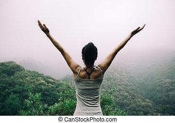 berg, frau, ausgestreckt, glücklich, arme, morgen, genießen, tal, ansicht
