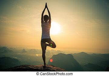 berg, frau, Meditieren, junger, Spitze, Fitness,...