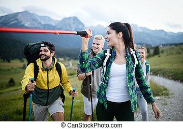 berg, groep, succesvolle , juichen, bovenzijde, vrienden, vrolijke