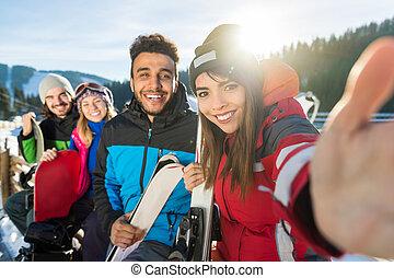 berg, groep, winter, mensen, foto, boeiend, sneeuw, vakantiepark, snowboard, glimlachen gelukkig, vrienden, selfie, ski