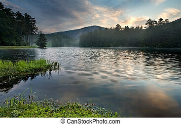 berg meer, zonopkomst, in, sterke drank, bos