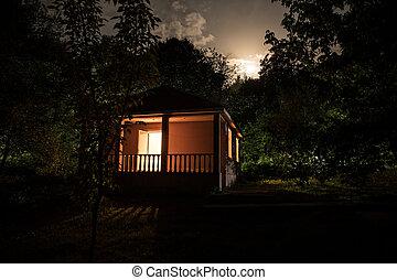 berg, nacht, landschaftsbild, von, gebäude, an, wald, nacht, mit, mond, oder, weinlese, landhaus, nacht, mit, wolkenhimmel, und, stars., sommer, night.