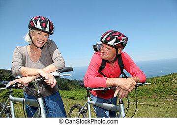 berg, natürlich, paar, fahrräder, reiten, älter, landschaftsbild