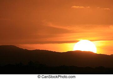 berg, op, ondergaande zon