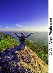 berg, verheven, vrouw, jonge, armen, wandelaar, ondergaande zon , piek, open, vrolijke