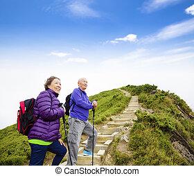 berg, wandelend paar, aziaat, senior, vrolijke
