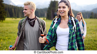 berg, wandelende, groep, hikers, het glimlachen
