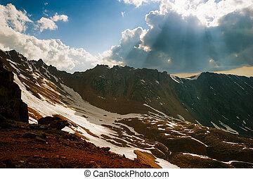 berg, wolken, zonnestraal, op, verbreidingsgebied, door, tien, shan, ondergaande zon