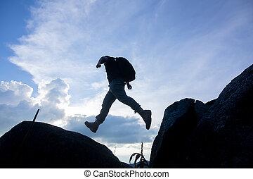 berge, felsig, aus, zwei, freiheit, abgrund, springende , mann, zwischen, sunset., risiko, herausforderung, success.