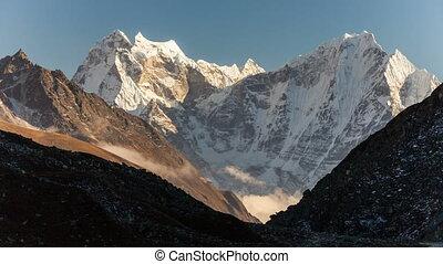 berge, in, himalayas, nepal, auf, der, wanderpfad, führen,...