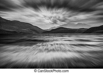 Berge, stürmisch, aus, himmelsgewölbe, See, langer, Schwarz, weißes, landschaftsbild, Aussetzung