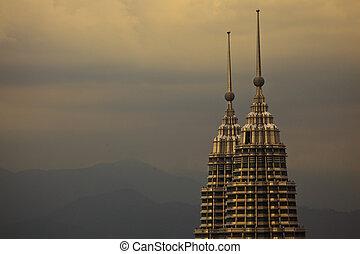 berge, von, kuala lumpur, malaysien, mit, ansicht, von, petronas ragt hoch, an, dämmerung