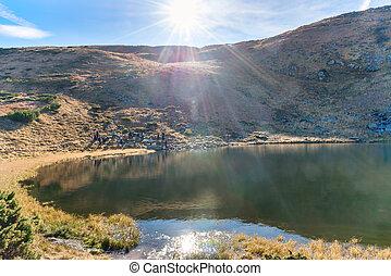 bergen, meer, met, reflectie, in, blauw water