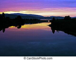 bergen, rivière, dans, coucher soleil