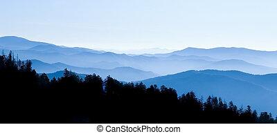 bergen, rokerig, panoramisch